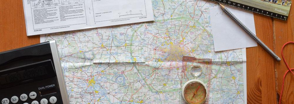 Kalkulator, Kompass, Luftraumkarte, Anflugkarte, Bleistift, Alles im Überblick